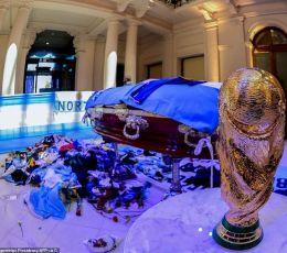 Người hâm mộ tiễn biệt Diego Maradona về nơi an nghỉ cuối cùng